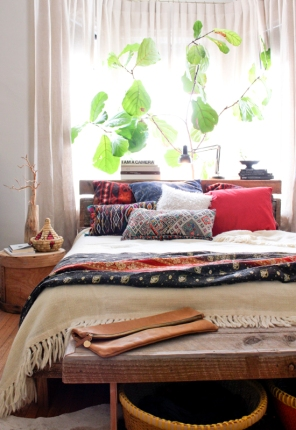 Moon To Moon // http://frommoontomoon.blogspot.co.uk/2013/03/one-room-bright-relaxing-bohemian.html